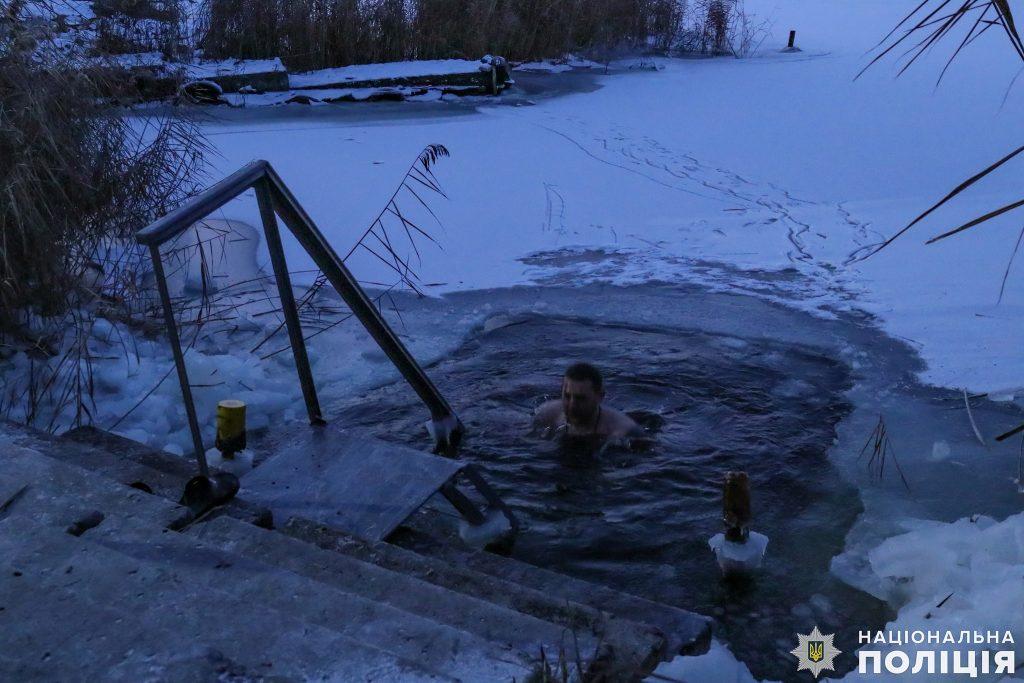 Крещение на Николаевщине: руководство полиции во главе с начальником одними из первых нырнули в ледяные воды Ингула (ФОТО) 5