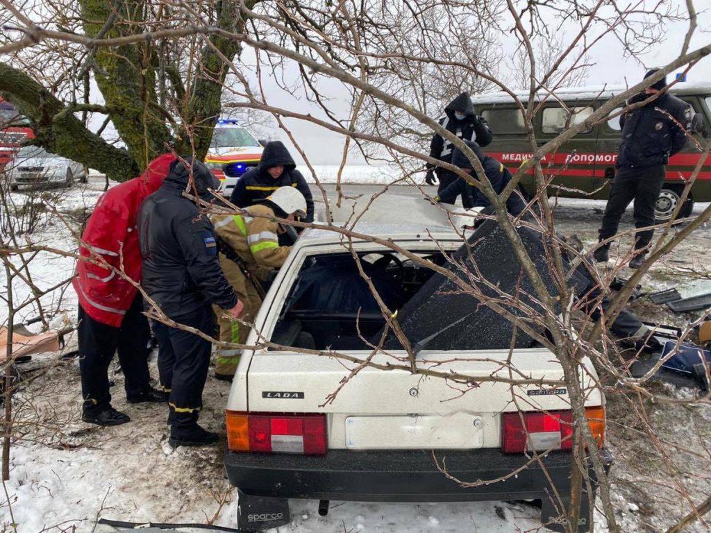 ДТП в Вознесенском районе: пострадавшего водителя из покореженного авто доставали спасатели (ФОТО) 3