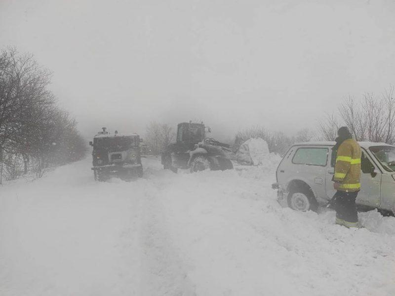 Последствия непогоды на Николаевщине. Спасатели вытащили из снега 3 скорых, 8 грузовиков и 42 легковых авто