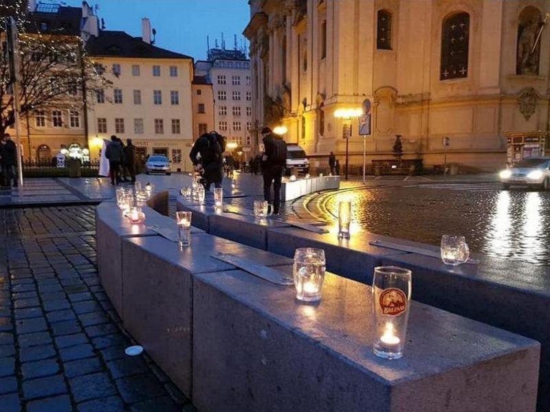 В Праге зажгли цепь свечей в пивных кружках против «антиковидных» запретов (ФОТО)