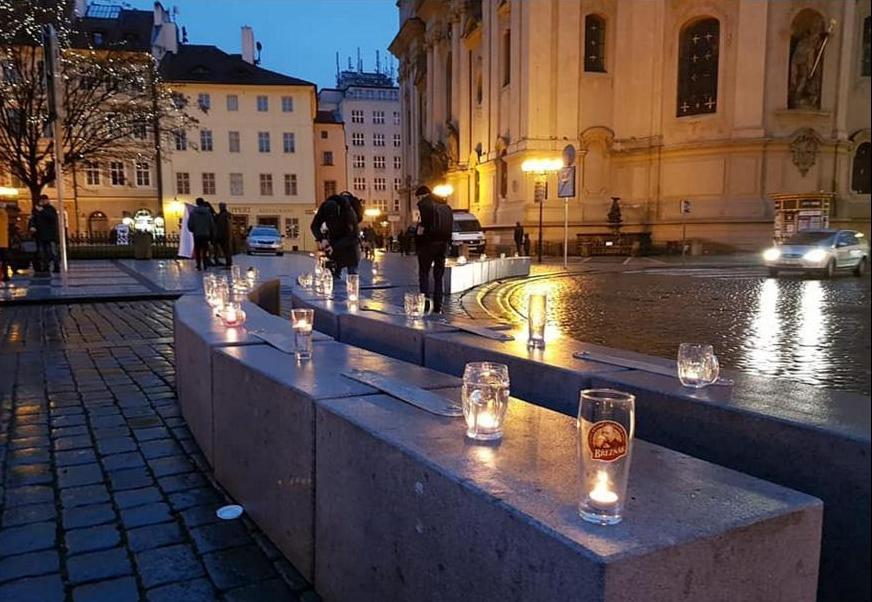 В Праге зажгли цепь свечей в пивных кружках против «антиковидных» запретов (ФОТО) 9