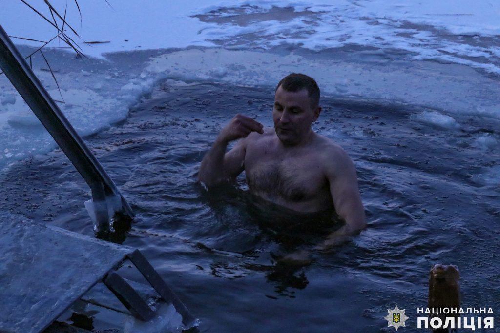 Крещение на Николаевщине: руководство полиции во главе с начальником одними из первых нырнули в ледяные воды Ингула (ФОТО) 7