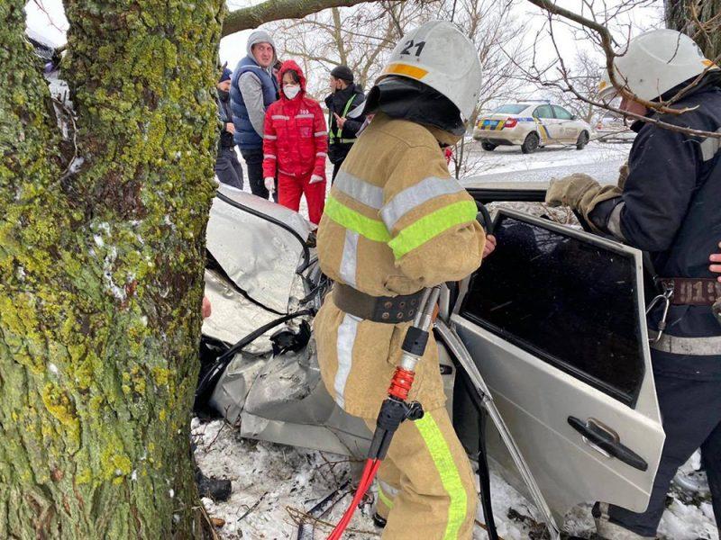 ДТП в Вознесенском районе: пострадавшего водителя из покореженного авто доставали спасатели (ФОТО)