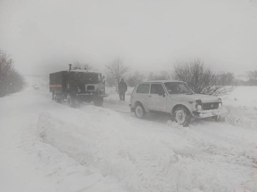 В Николаевской области спасатели продолжают доставать автомобили и «скорые помощи» из заносов. А снег идет (ФОТО) 7