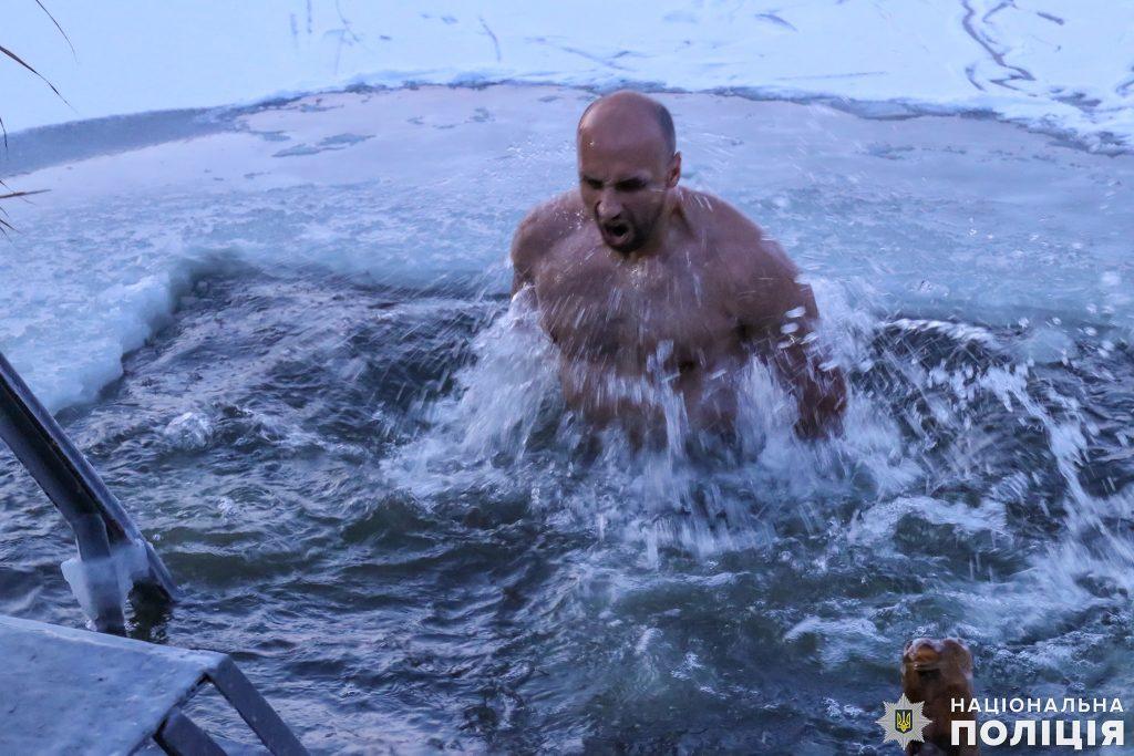 Крещение на Николаевщине: руководство полиции во главе с начальником одними из первых нырнули в ледяные воды Ингула (ФОТО) 9