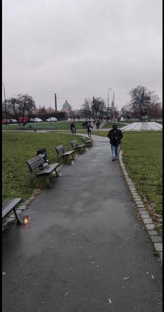 В Праге зажгли цепь свечей в пивных кружках против «антиковидных» запретов (ФОТО) 1