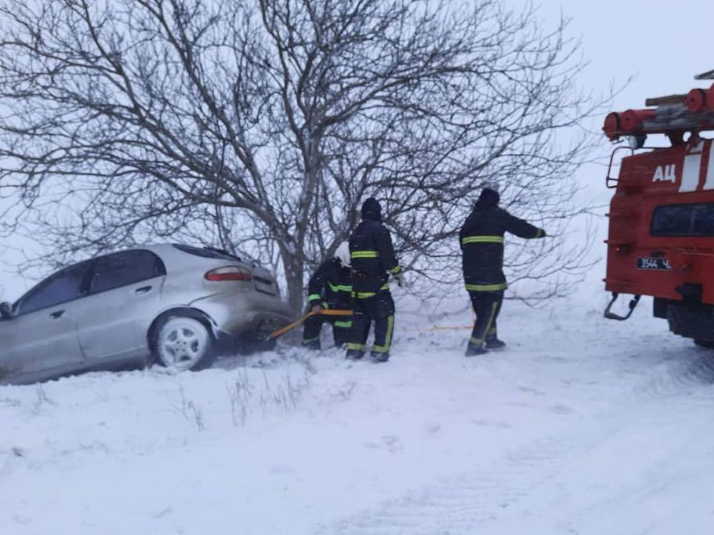 В Николаевской области спасатели продолжают доставать автомобили и «скорые помощи» из заносов. А снег идет (ФОТО) 9