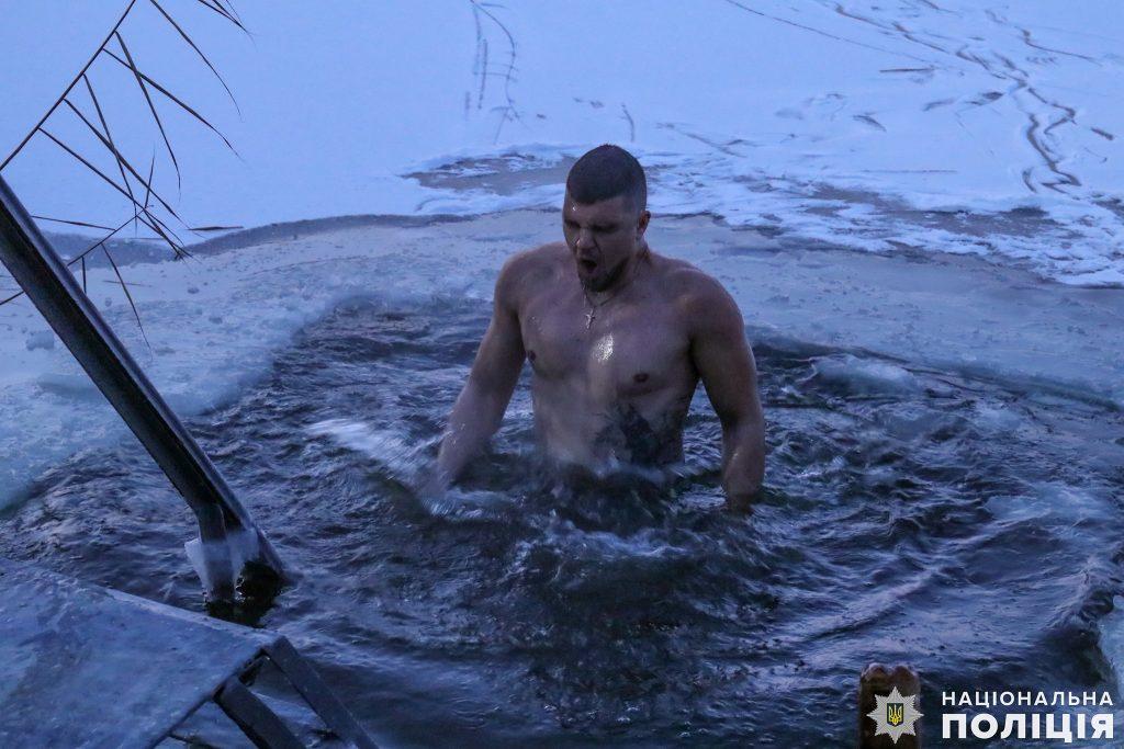 Крещение на Николаевщине: руководство полиции во главе с начальником одними из первых нырнули в ледяные воды Ингула (ФОТО) 11