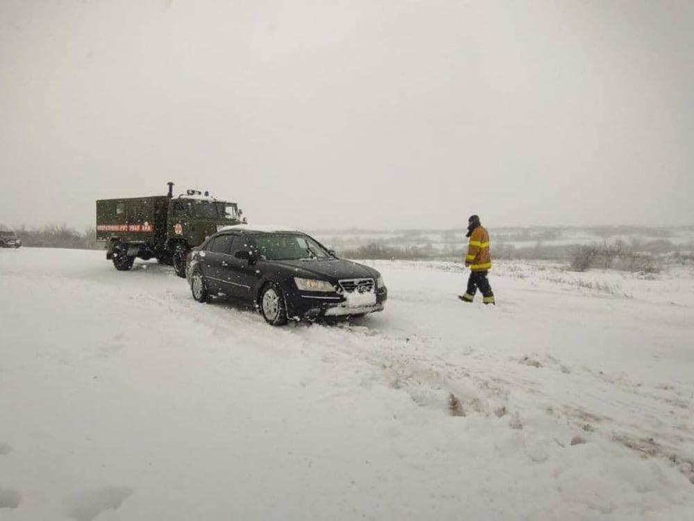 В Николаевской области спасатели продолжают доставать автомобили и «скорые помощи» из заносов. А снег идет (ФОТО) 11