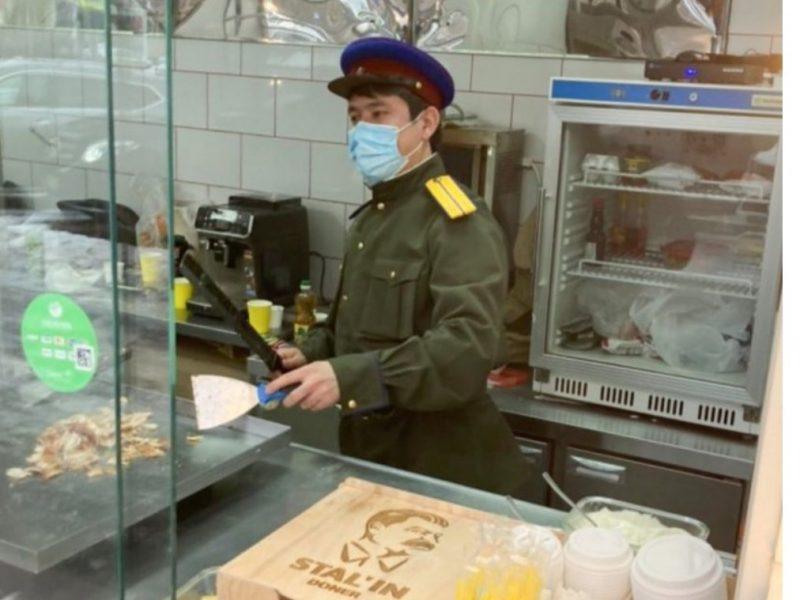 В Москве открылась сталинская шаурма с официантами в форме НКВД (ФОТО)