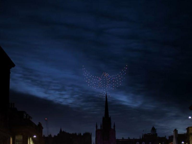 В Шотландии попрощались с 2020 годом потрясающим шоу дронов (ВИДЕО)