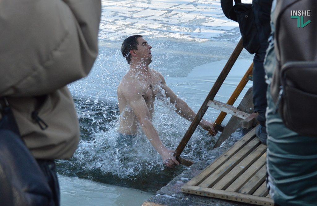 Крещение в Николаеве: сотни горожан пришли на Нижний БАМ искупаться в Ингуле (ФОТО) 43