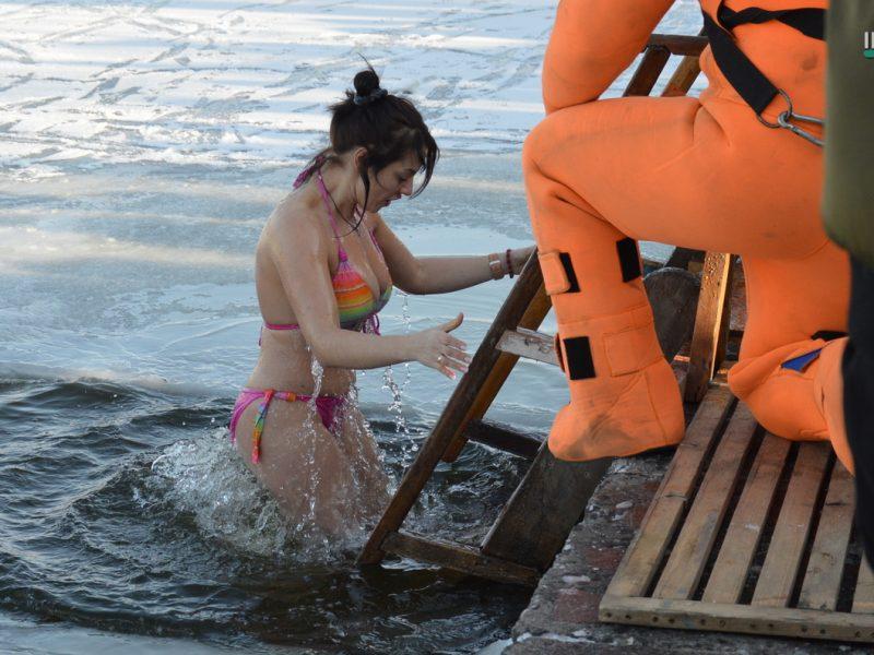 Крещение в Николаеве: сотни горожан пришли на Нижний БАМ искупаться в Ингуле (ФОТО)