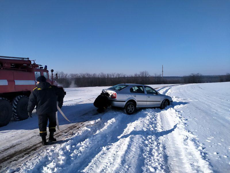 На Николаевщине автомобиль слетел в кювет – в нем было 2 взрослых и ребенок (ФОТО)