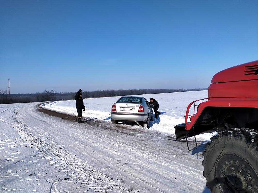 На Николаевщине автомобиль слетел в кювет - в нем было 2 взрослых и ребенок (ФОТО) 3