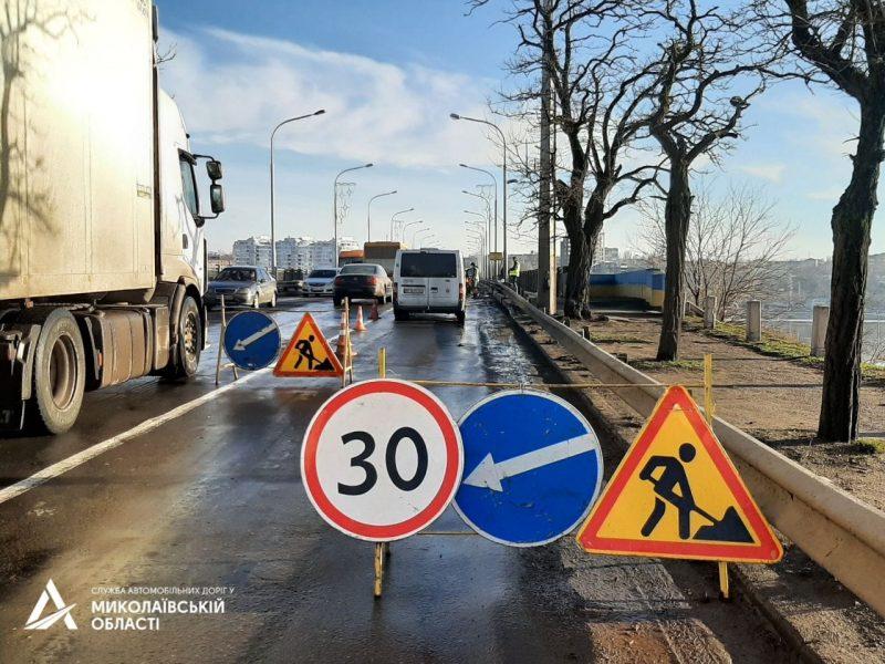На Варваровском мосту в Николаеве ремонтируют дорожное покрытие (ФОТО)