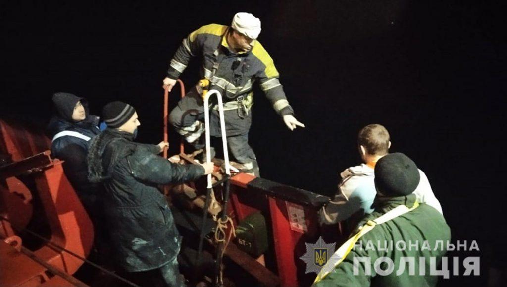 На Днепре возле Хортицы загорелось грузовое судно. Механик с ожогами в больнице (ФОТО) 1