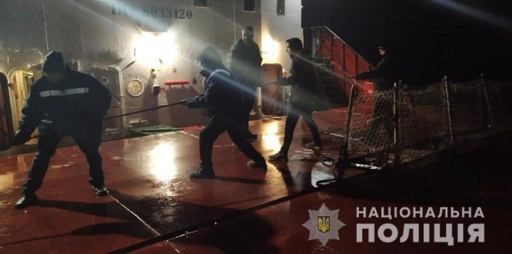 На Днепре возле Хортицы загорелось грузовое судно. Механик с ожогами в больнице (ФОТО) 3
