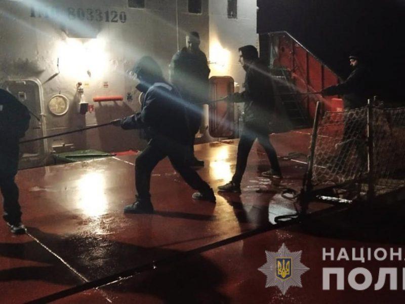 На Днепре возле Хортицы загорелось грузовое судно. Механик с ожогами в больнице (ФОТО)