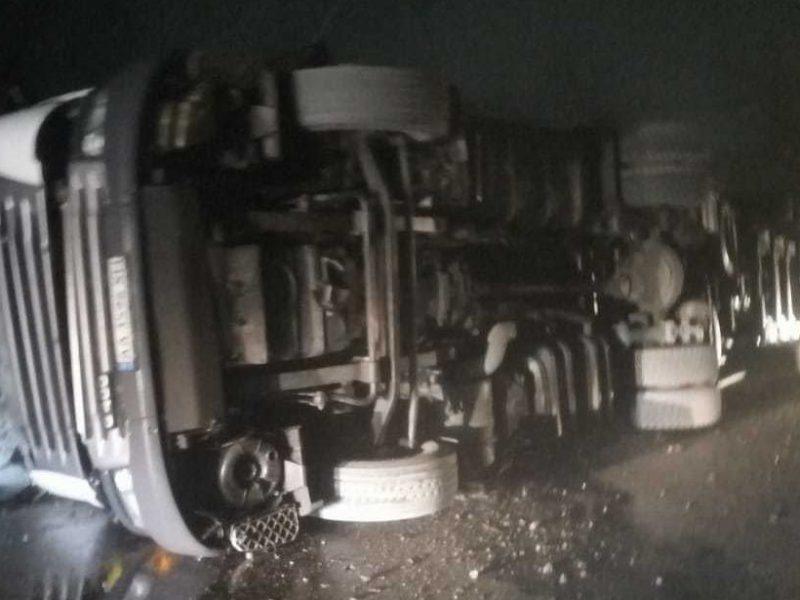 На автодороге Днепр-Николаев перевернулась фура – водитель погиб (ФОТО)