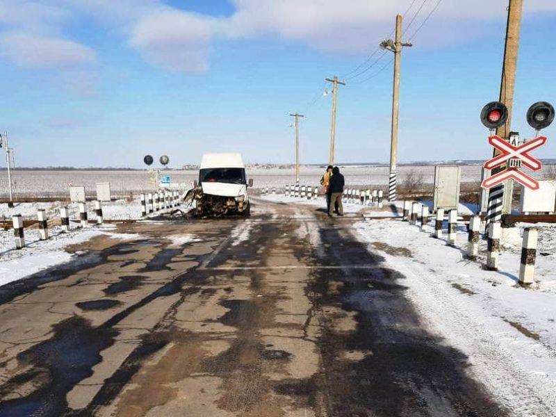 В Николаевской области на железнодорожном переезде микроавтобус врезался в тепловоз