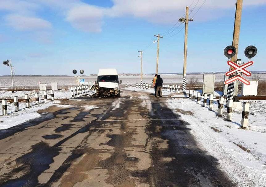 В Николаевской области на железнодорожном переезде микроавтобус врезался в тепловоз 1
