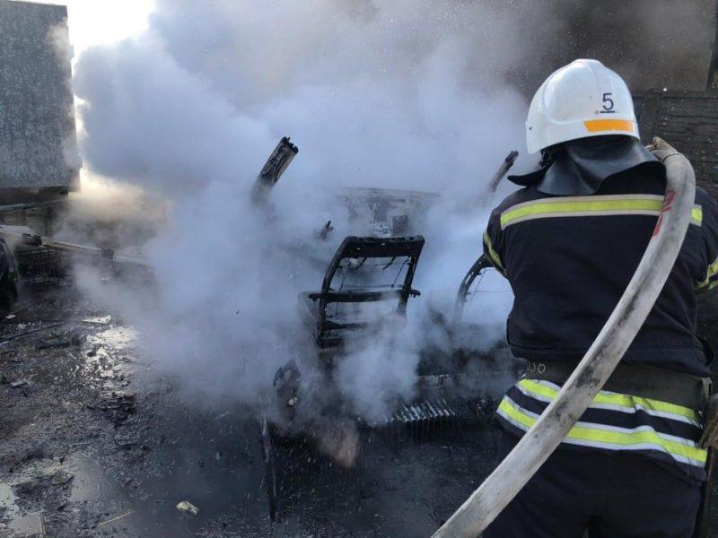 В Николаеве горел каркас авто, в Новой Одессе – летняя кухня (ФОТО)