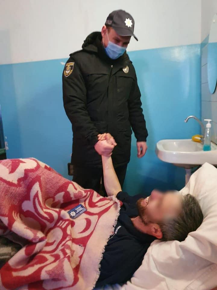 На Николаевщине полицейский вытащил из колодца мужчину, который при -10°С провел там 5 часов (ФОТО, ВИДЕО) 1