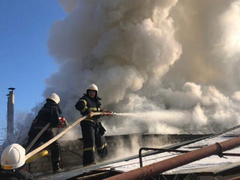 В Николаеве на Инвалидном хуторе тушили крышу жилого дома (ФОТО)