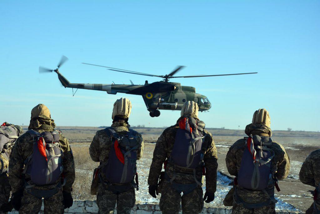 Им погода нипочем: николаевские десантники выполняют программу прыжков с парашютом (ФОТО) 1