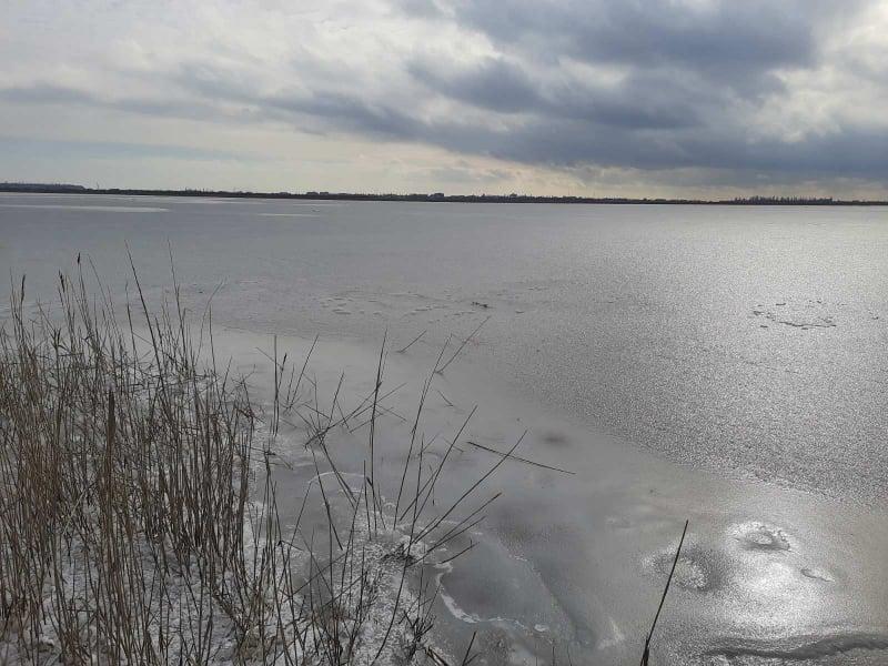 На Николаевщине водитель грузового автомобиля вместе с жителями с. Коблево спас трех детей, провалившихся под лед на Тилигульском лимане