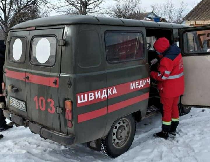 На Николаевщине спасатели вскрыли двери квартиры, чтобы передать врачам тяжело больную женщину (ФОТО)
