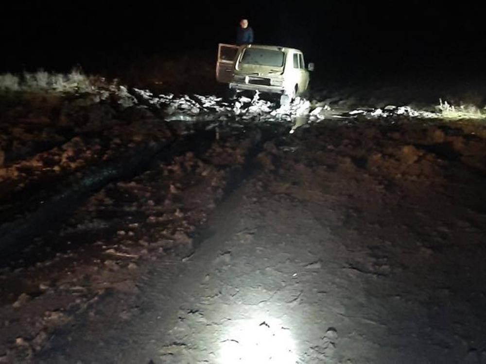 Ночью в Снигиревке автомобиль застрял в грязи - вытаскивали спасатели (ФОТО) 1