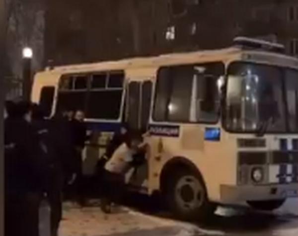 Странный российский протест за Навального: задержанные на митингах сами толкали автозак, потому что он заглох (ВИДЕО)