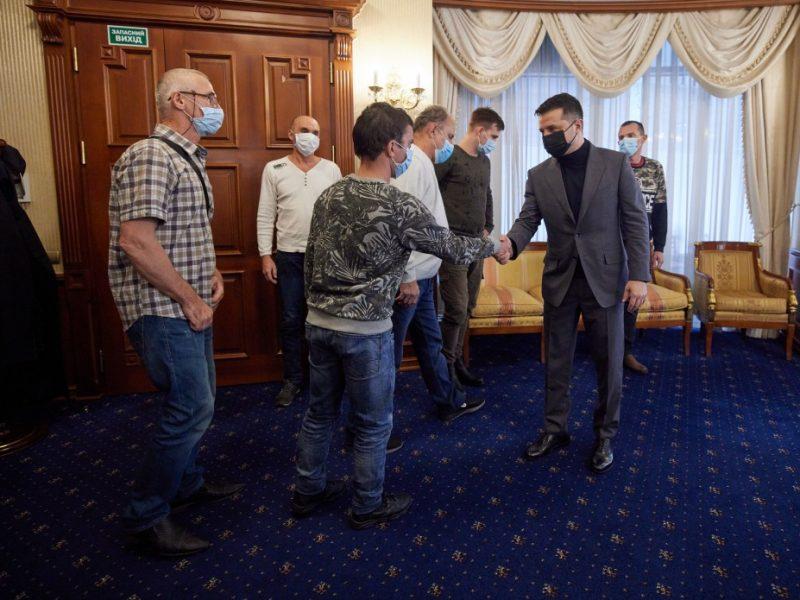 Зеленский встретился с освобожденными из пиратского плена украинскими моряками судна Stevia (ФОТО)