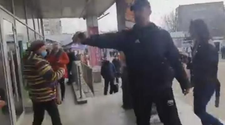 В Николаеве в АТБ не стали обслуживать покупателя без маски – он распылил газовый баллончик в охранников (ВИДЕО)