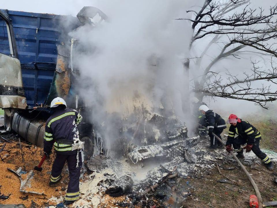 ДТП под Николаевом: в результате лобового столкновения двух фур одна из них загорелась (ФОТО) 1