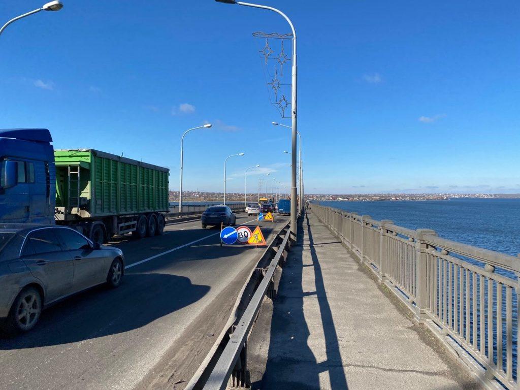 Если погода позволит. За сегодня-завтра дорожники обещают залатать наиболее глубокие ямы на Варваровском мосту в Николаеве (ФОТО) 1