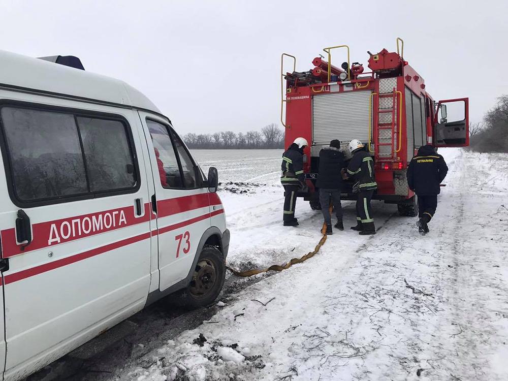 На Николаевщине «скорая» застряла на полевой дороге по пути к пациенту - вытаскивали спасатели (ФОТО) 1