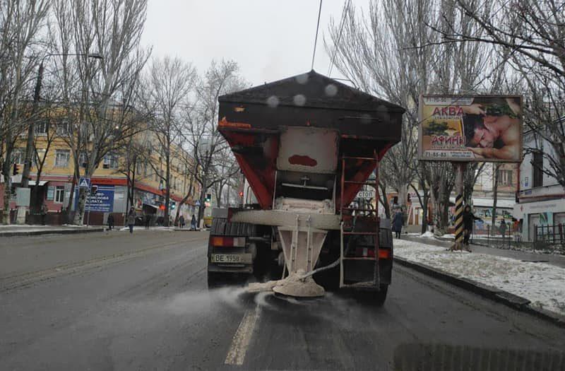 За день и ночь на дороги города Николаева высыпали 116 т противогололедного реагента