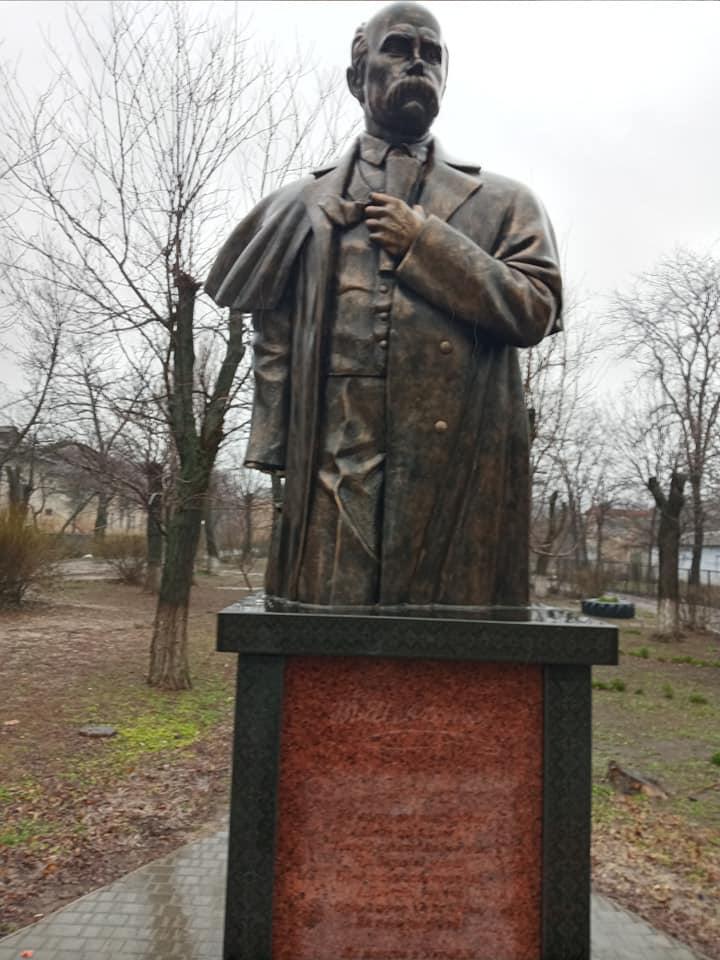 На Николаевщине вандалы изувечили памятник Тарасу Шевченко (ФОТО) 1