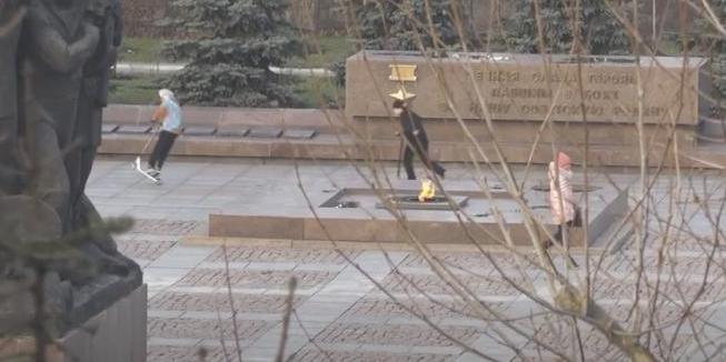 В Николаеве подростки катались на самокатах по мемориальному комплексу героев-ольшанцев (ВИДЕО)