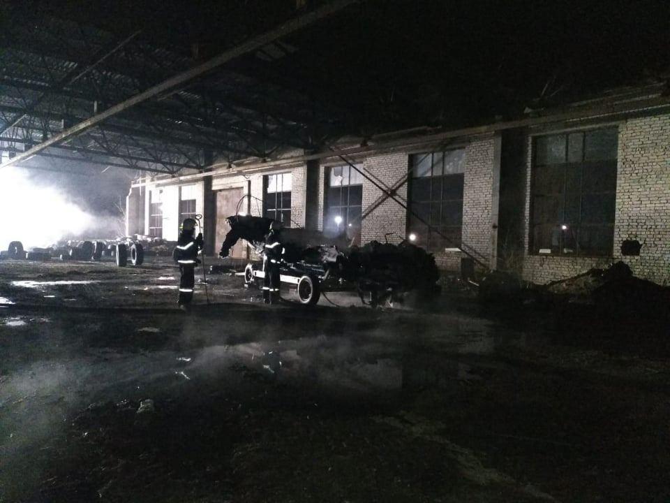 Ночью в Варваровке сгорели катер и шины (ФОТО) 1