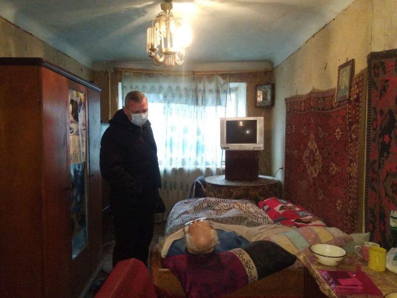 В Николаеве мужчина с инвалидностью, поверив знакомым, переписал на них комнату за пожизненный уход. А они его бросили