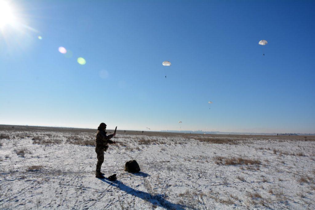 Им погода нипочем: николаевские десантники выполняют программу прыжков с парашютом (ФОТО) 19