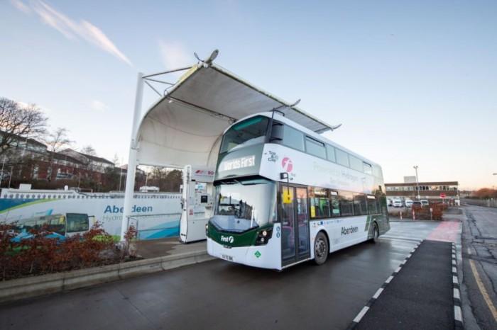 В Шотландии вышли на маршруты первые в мире двухэтажные водородные автобусы