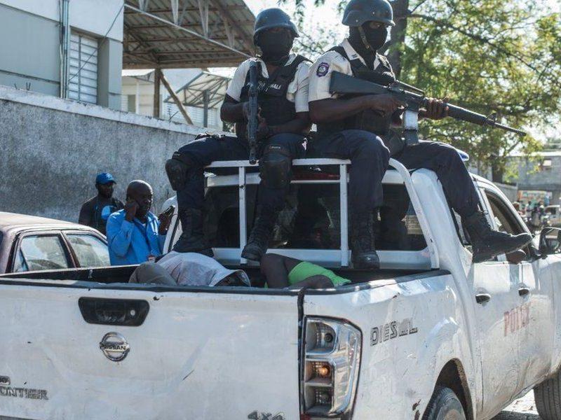 На Гаити из тюрьмы сбежали 400 заключенных, убив 25 человек (ФОТО)