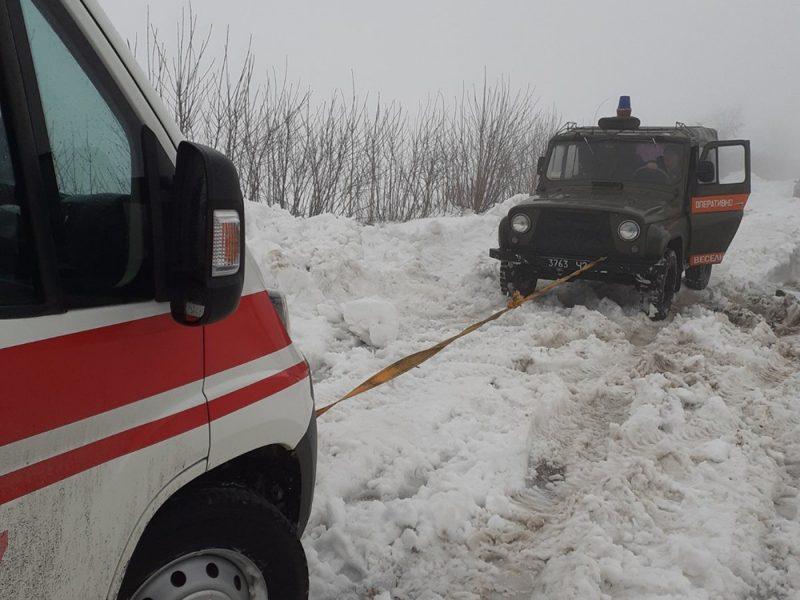 """Только сегодня николаевские спасатели вытащили из сугробов 2 """"скорых"""" (ФОТО)"""