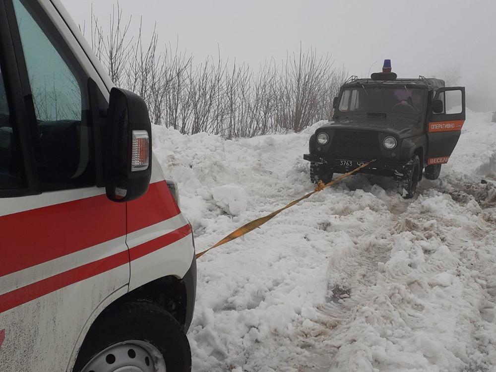 """Только сегодня николаевские спасатели вытащили из сугробов 2 """"скорых"""" (ФОТО) 1"""