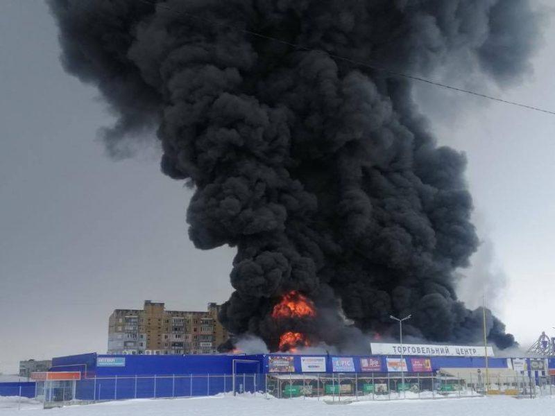Пожар Эпицентра в Первомайске. Одно крыло рухнуло, подозревают поджог (ФОТО)